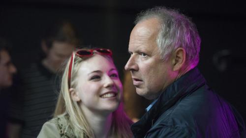 Borowski versucht sich Rita und ihrem Umfeld anzunähern. (Bild: NDR/Christine Schröder)