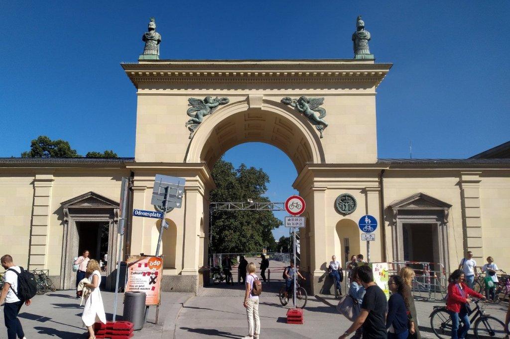 Fahrradverbotsschild am Odeonsplatz vor dem Hofgarten