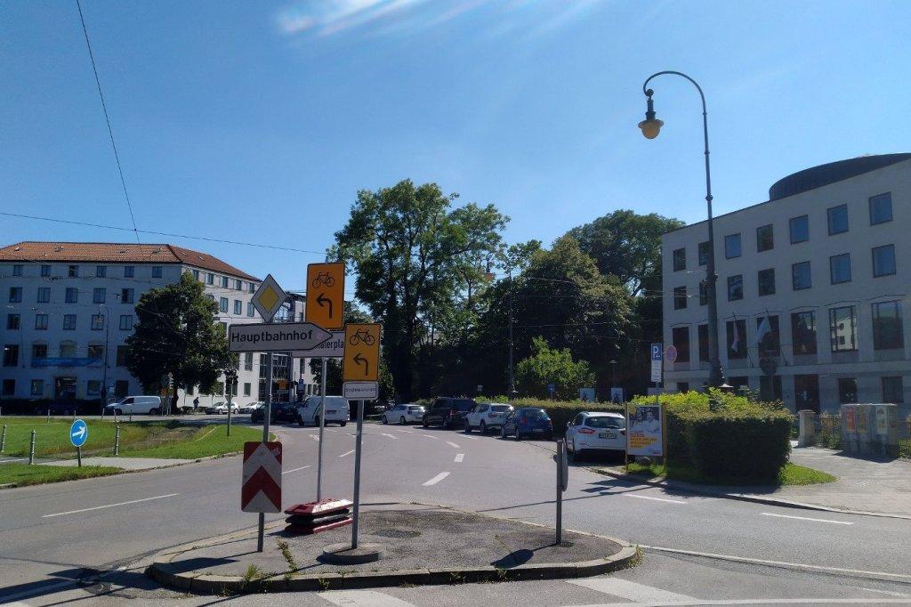 Beschilderung am Karolinenplatz, die auf das Fahrradverbot am Königsplatz hinweist.